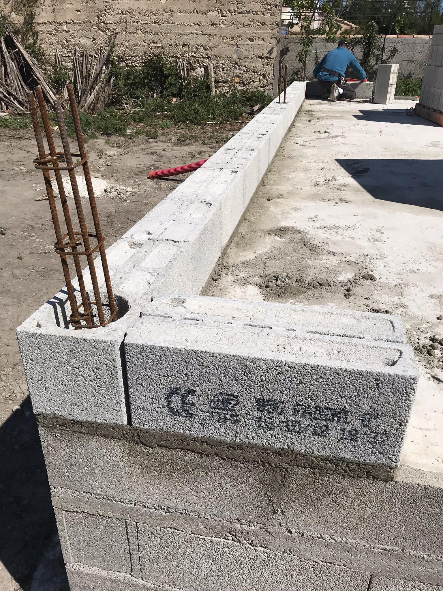 Démarrage ce matin d'un chantier avec des Blocs creux à coller isolant FABTHERM® Air 1.1